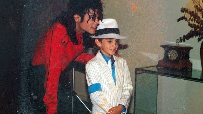 Imagen de 'Leaving Neverland' que muestra a Michael Jackson en casa del niño Wade Robson. (EFE)