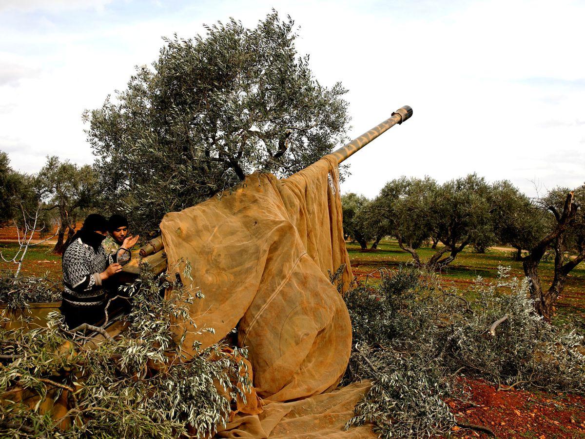 Foto: Un combatiente sirio apunta a sus objetivos en Idlib. (Reuters)