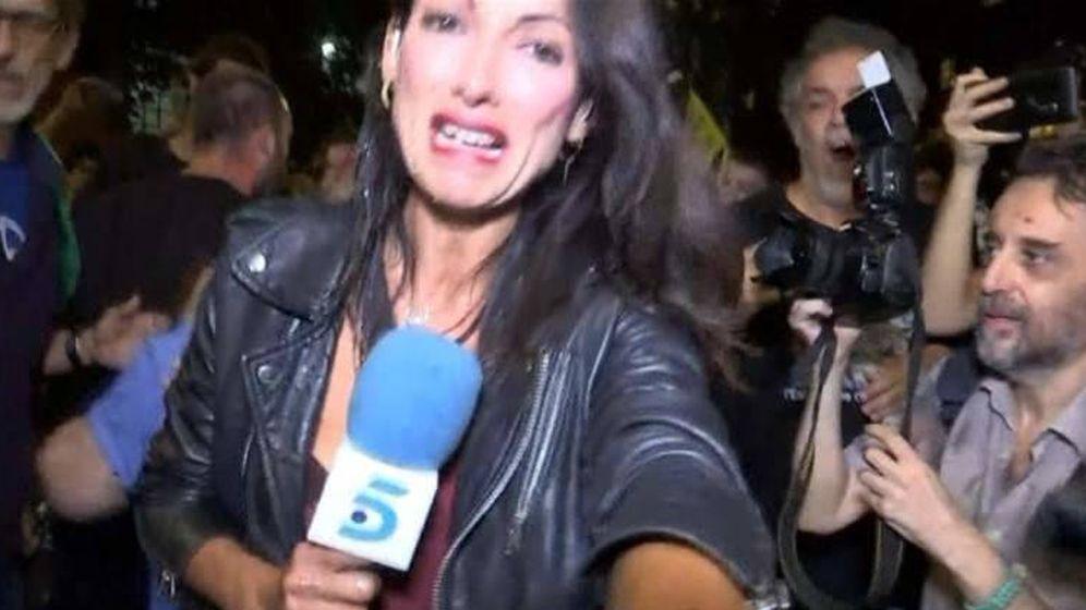 Foto: Momento de la agresión a la periodista de Telecinco Laila Jiménez durante el aniversario del 1-O.
