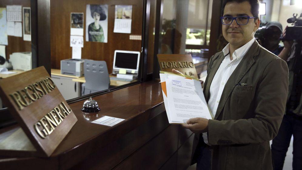 Foto: El diputado de Ciutadans José María Espejo-Saavedra presenta el informe en el Constitucional. (EFE)