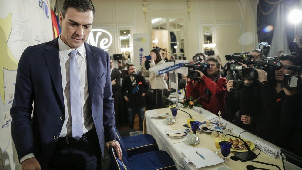Foto: Pedro Sánchez, a su llegada al desayuno informativo en el hotel Ritz de Madrid, este 2 de diciembre. (EFE)