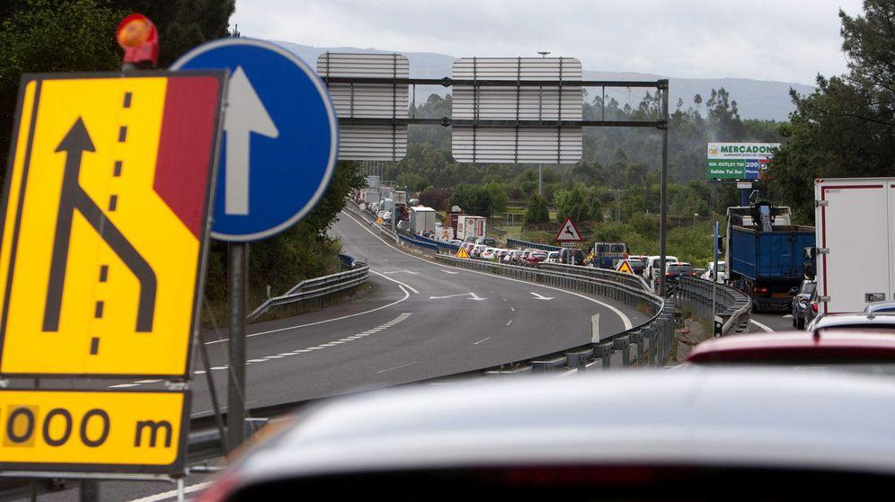 Foto: Fotografía de archivo de retenciones de tráfico en el puente internacional entre Valença do Minho y Tui. (EFE)