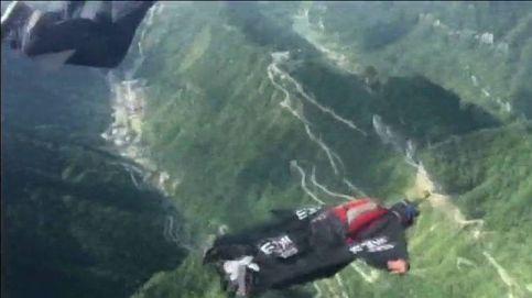 La espectacular puntería de un piloto chino con traje de alas
