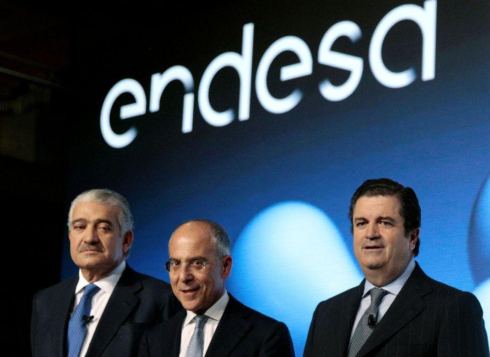 Foto: De izquierda a derecha, el consejero delegado de Endesa, José Bogas, el vicepresidente y CEO de Enel, Fancesco Starace, y el presidente de Endesa, Borja Prado. (Reuters)