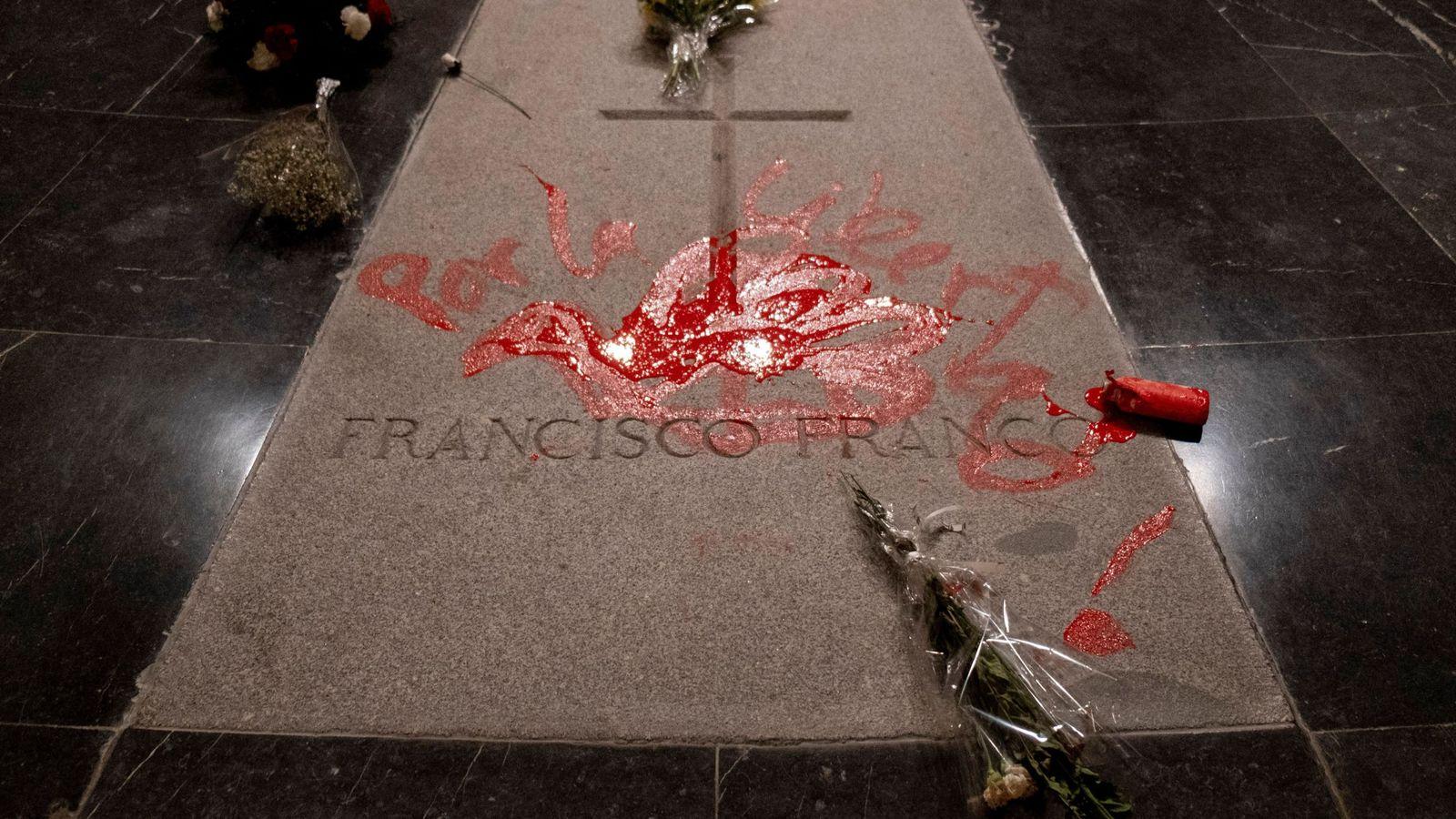 Foto: Detenido un hombre tras pintar la tumba de Franco en el Valle de los Caídos. (EFE)