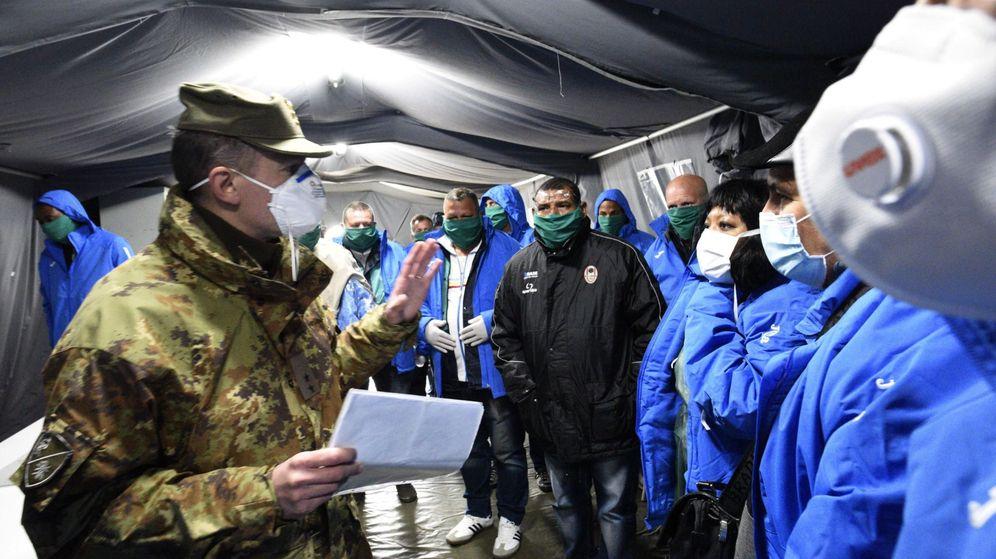 Foto: Un militar italiano explica protocolo a los doctores recién llegados de Cuba para ayudar. (EFE)