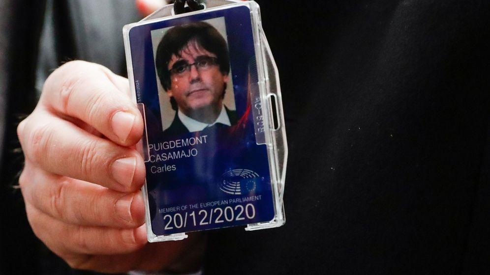 Foto: La acreditación de Carles Puigdemont. (EFE)