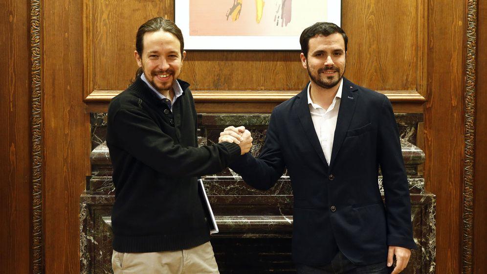 Foto: Los líderes de Podemos e Izquierda Unida, Pablo Iglesias y Alberto Garzón. (Reuters)