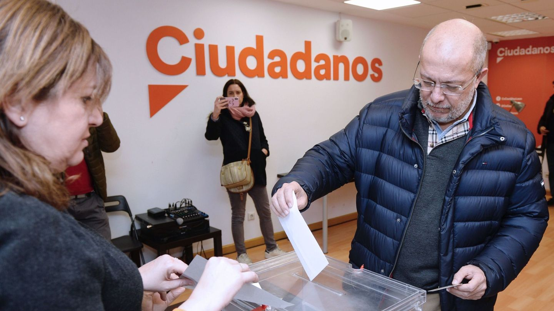 El vicepresidente de la Junta de Castilla y León y candidato a la presidencia de Ciudadanos, Francisco Igea, votando en las primarias. (EFE)