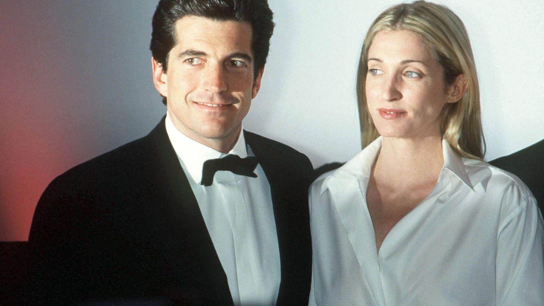 John John Kennedy y su también fallecida mujer Carolyn Bessette, fotografiados en Nueva York en 1999. (Getty)