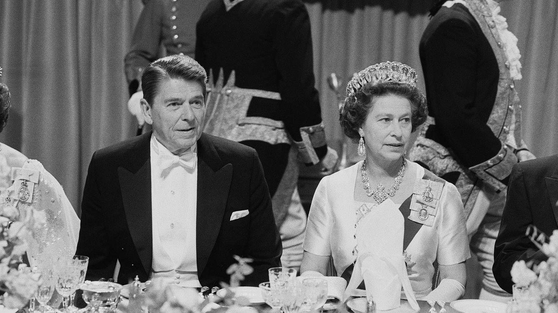 Ronald Reagan y la reina Isabel II, en 1982. (Getty)