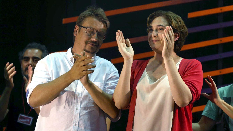 Foto: El candidato de En Comú Podem, Xavier Doménech, y la alcaldesa de Barcelona, Ada Colau. (EFE)
