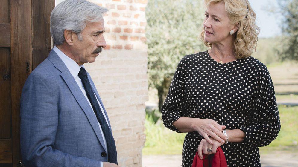 Foto: Ana Duato, junto a Imanol Arias, en una escena de 'Cuéntame cómo pasó'. (RTVE)