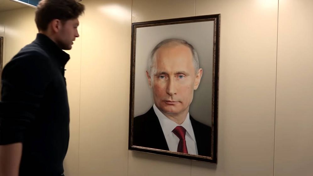 Foto: Bashir Dojov colgó el cuadro de Putin en su ascensor y grabó las reacciones de sus vecinos (Foto: YouTube)