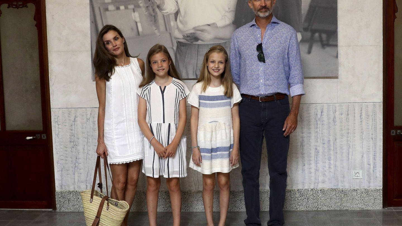 Los Reyes y sus hijas en la exposición. (Efe)
