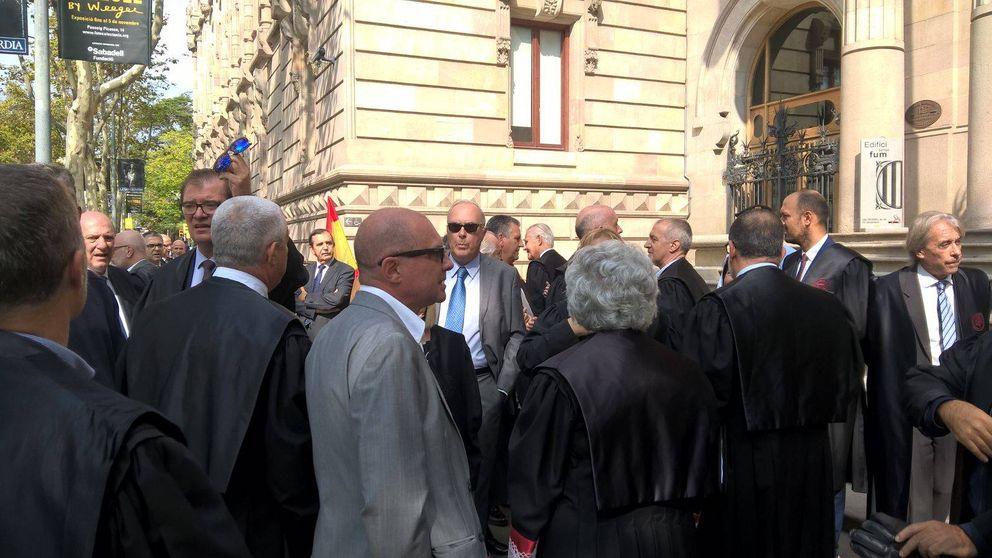 Mossos separan del TSJ a 250 abogados concentrados con la Constitución