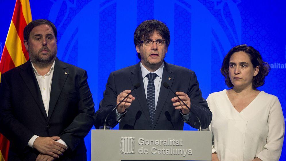 Foto: El presidente de la Generalitat, Carles Puigdemont (c), junto a la alcaldesa de Barcelona, Ada Colau (d), y el vicepresidente, Oriol Junqueras. (EFE)