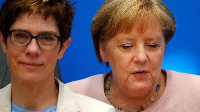 Merkel junto a su sucesora al frente de la CDU. (Reuters)