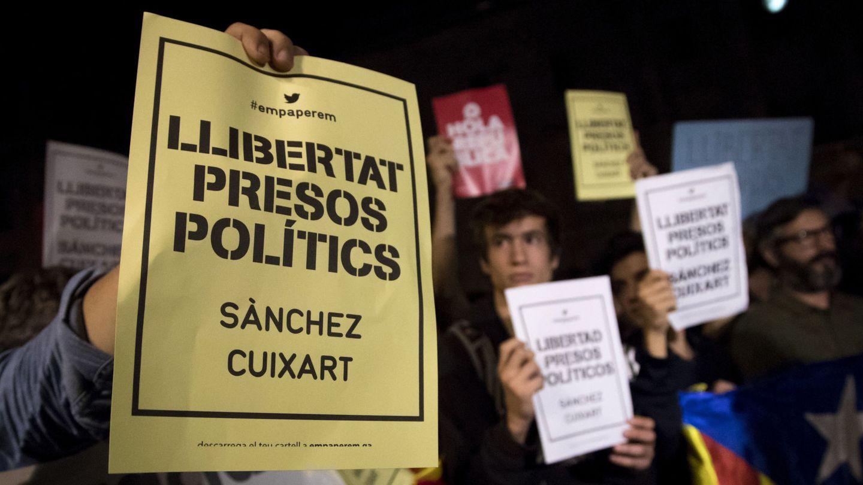 Concentración en la plaza de Sant Jaume por la decisión judicial de mandar a prisión a los dirigentes de la ANC y de Òmnium Cultural. (EFE)