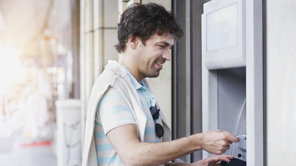 Santander, BBVA y Caixabank cobrarán entre 1,85 y 2 euros por el uso de cajeros ajenos