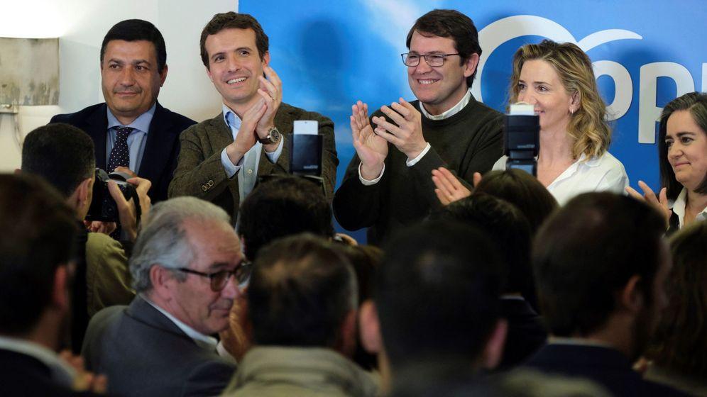 Foto: El presidente del Partido Popular, Pablo Casado (2i), en un acto en Ávila. (EFE)