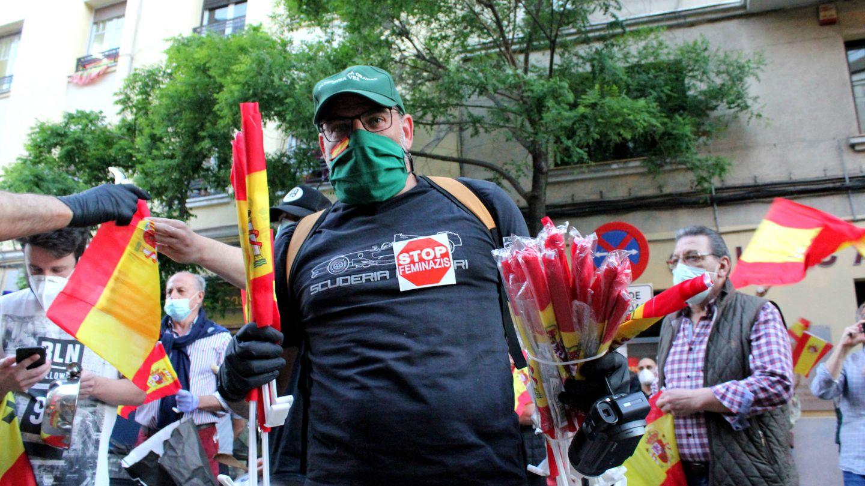 Un manifestante, repartiendo banderas. (B. Tena)