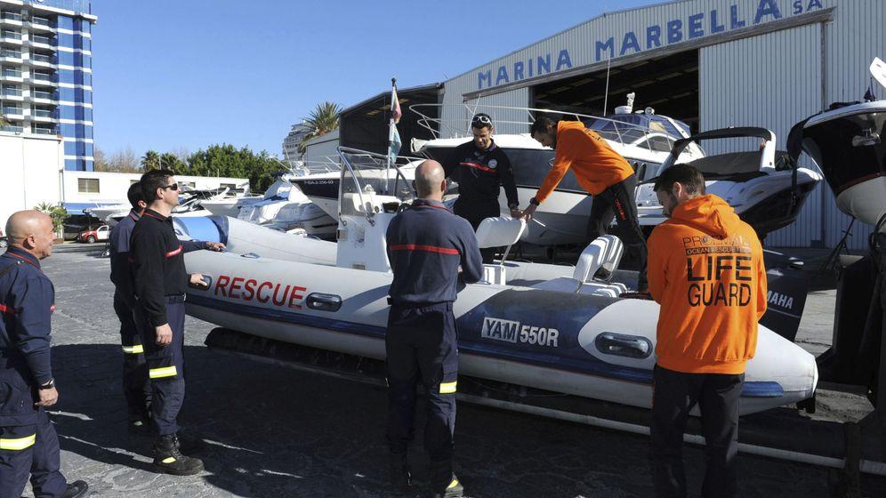 Foto: Los bomberos de Marbella se turnaban para bajar en brazos a Benjamín desde su casa (EFE/Alf)