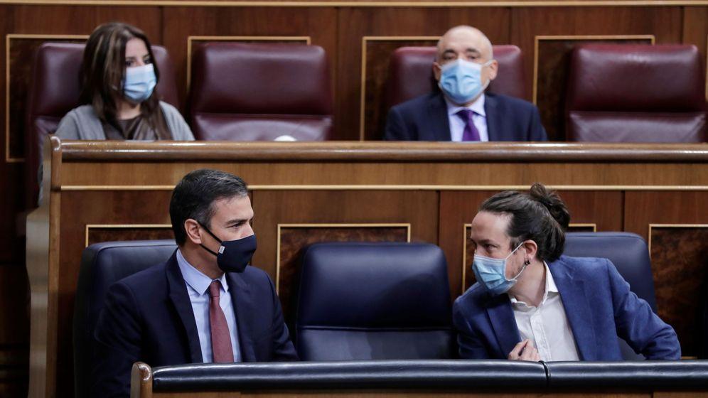 Foto: Pedro Sánchez y Pablo Iglesias hablan durante una sesión en el Congreso. (EFE)