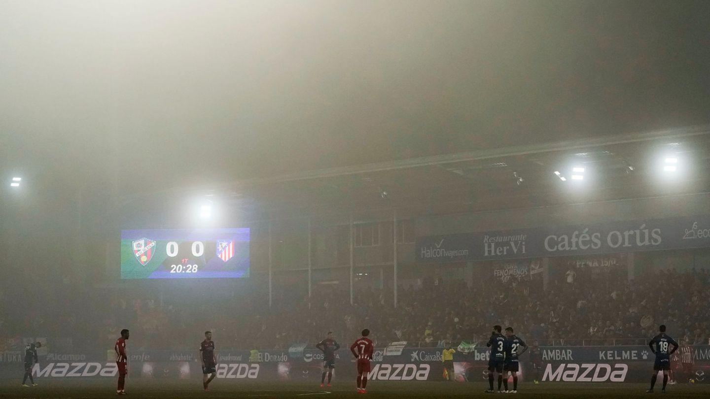 El partido de la niebla en Huesca. (EFE)