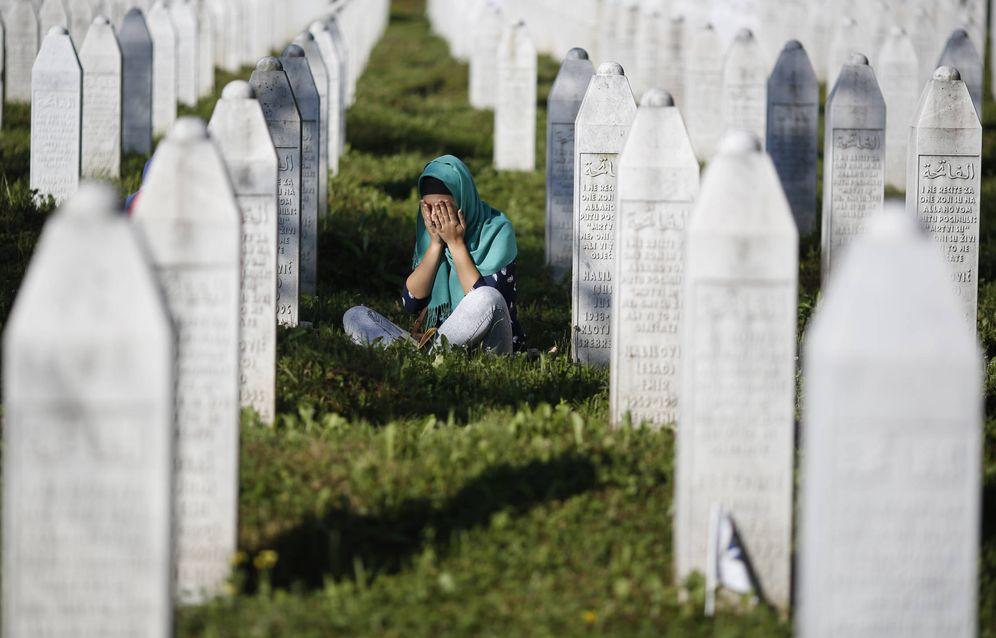 Foto: Una mujer llora en el Memorial Center Potocari, cerca de Srebrenica. (Reuters)