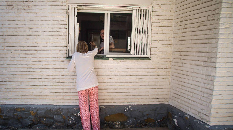 Cospedal saluda a una vecina de Estepona.