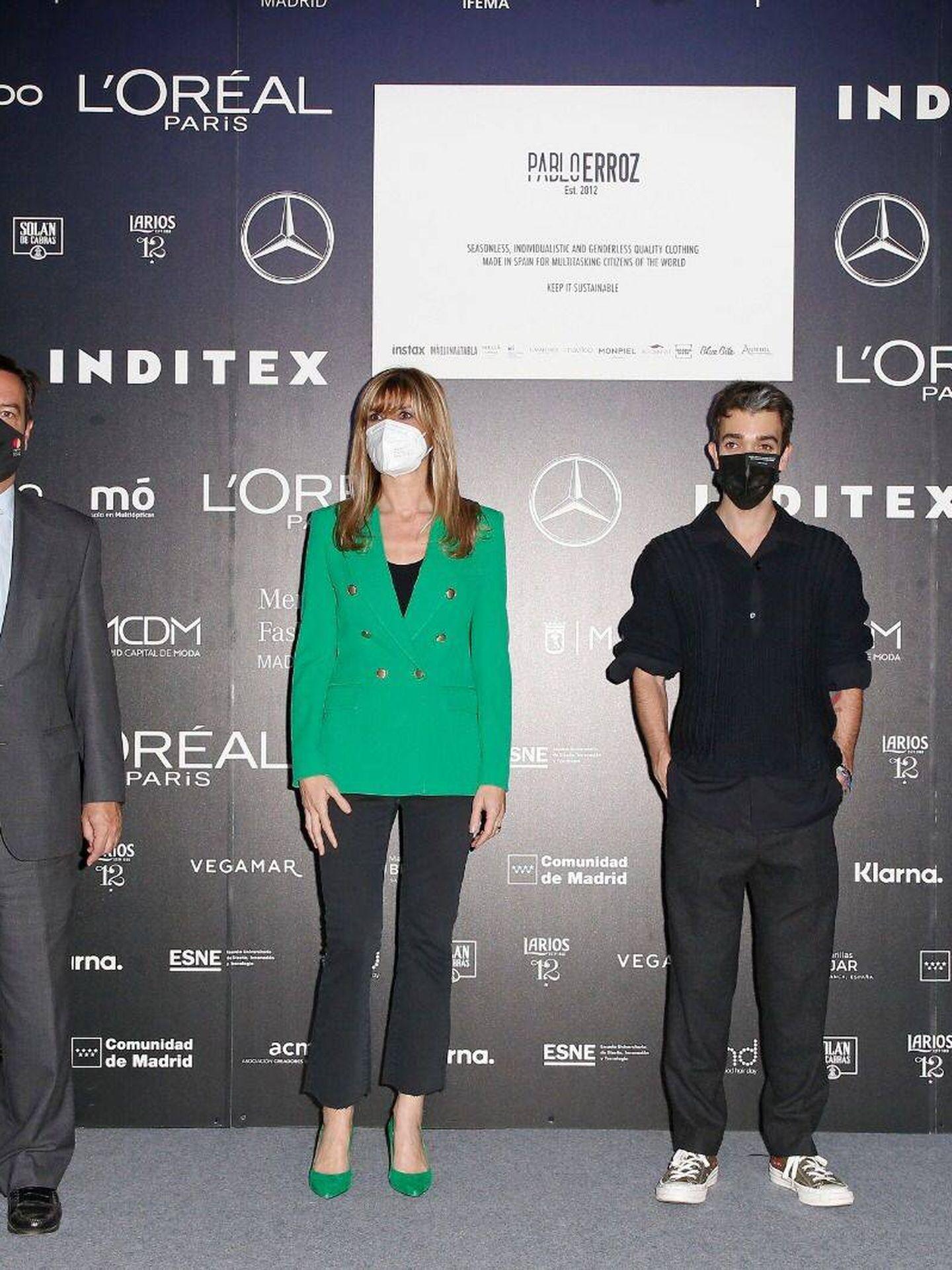 Begoña Gómez posa junto al diseñador Pablo Erroz. (Cortesía)