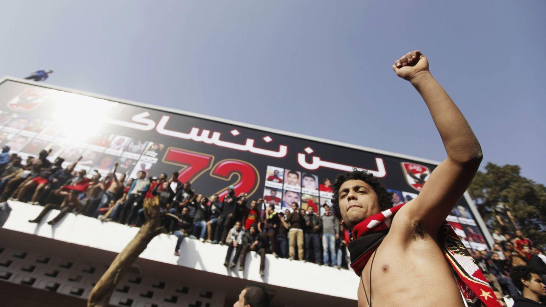 'Ultras' Al Ahly junto a un cartel en recuerdo de las 72 víctimas de la masacre de Port Said. (Reuters)