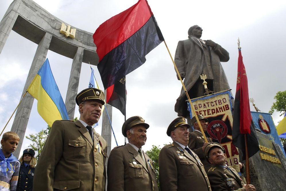 Foto: Veteranos del Ejército Insurgente de Ucrania (UPA) junto a la estatua de su fundador, Stepan Bandera, en Lviv, en mayo de 2010 (Reuters)