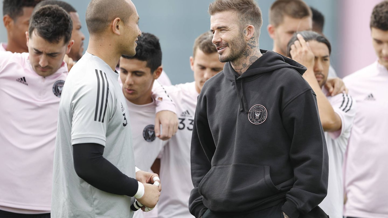 Beckham charla con su equipo. (Getty)