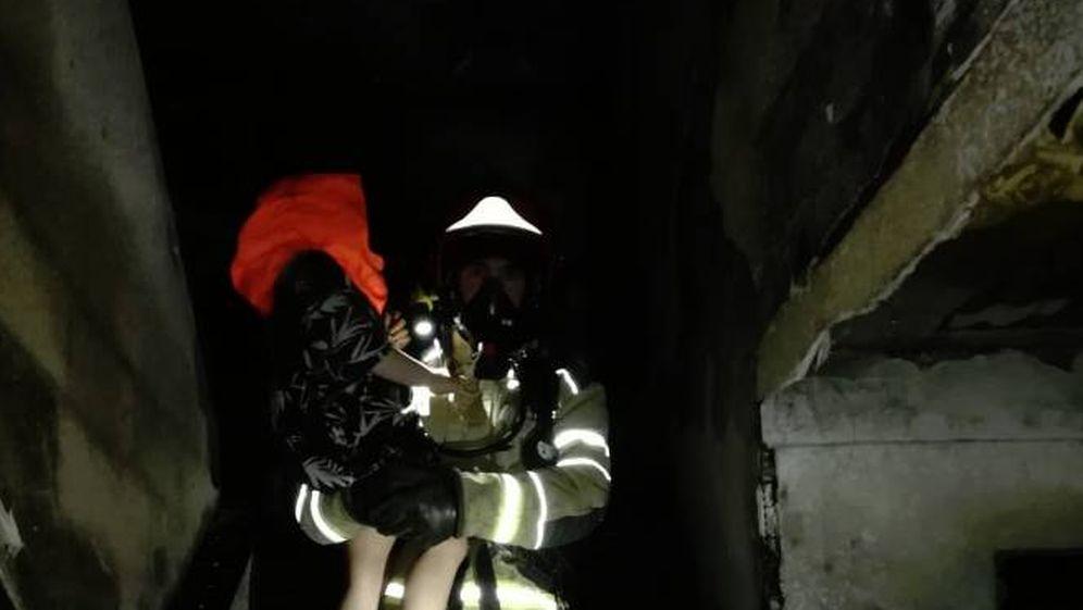 Foto: Un bombero rescata a uno de los menores afectados por el incendio de un edificio en Valladolid (@BomberosVLL)