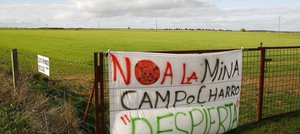 Foto: Carteles de rechazo a la mina. (Foto: Kike Gómez)