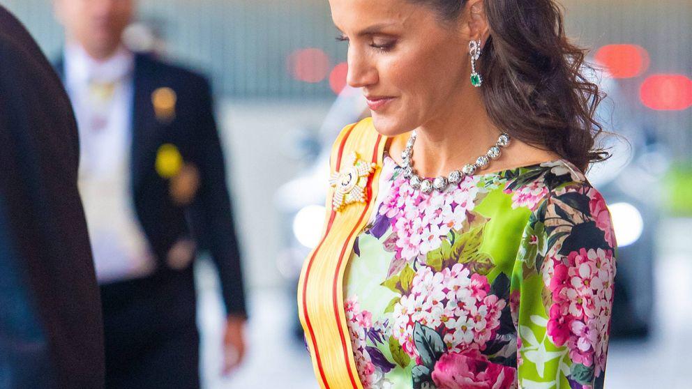 La reina Letizia, impresionante en Japón: collar de chatones, esmeraldas y tocado