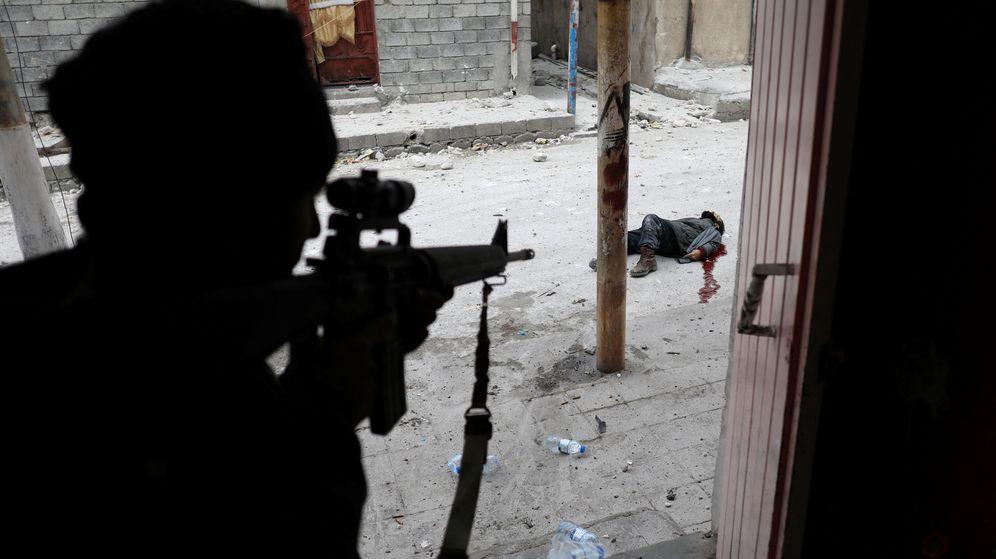 Foto: Un miembro de las fuerzas especiales iraquíes abate a un suicida del Estado Islámico durante la batalla de Mosul, en marzo de 2017. (Reuters)