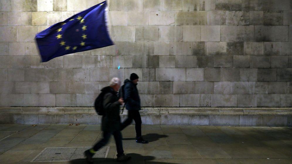 Foto: Un manifestante camina con una bandera europea. (Reuters)