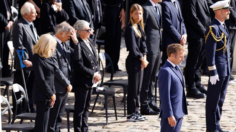 Emmanuel y Brigitte Macron, junto a los hijos de Belmondo Paul, Florence y Stella. (EFE)
