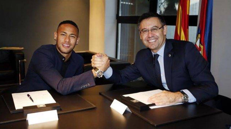 Neymar y Bartomeu, tras la última renovación del brasileño con el Barça. (EFE)