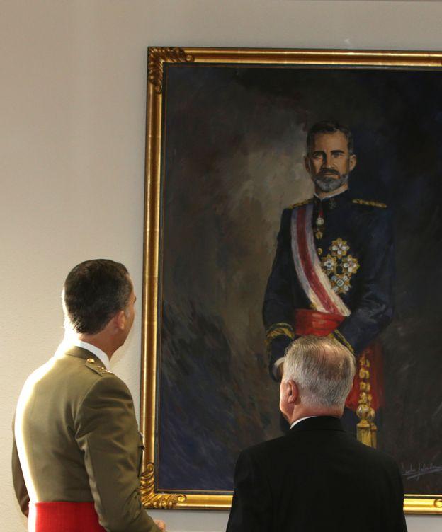 Foto: El Rey Felipe VI admirando un retrato suyo en una imagen de archivo (Gtres)