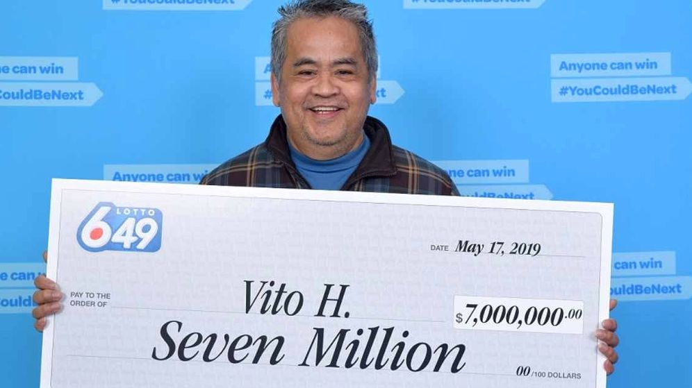 Foto: Vito Hasalan posa con su cheque de ganador de 7 millones de dólares a la lotería (Foto: British Columbia Lottery)
