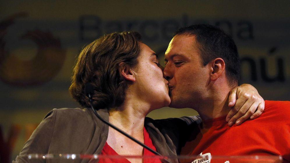 Foto: Ada Colau y su pareja, Adrià Alemany. (Reuters)
