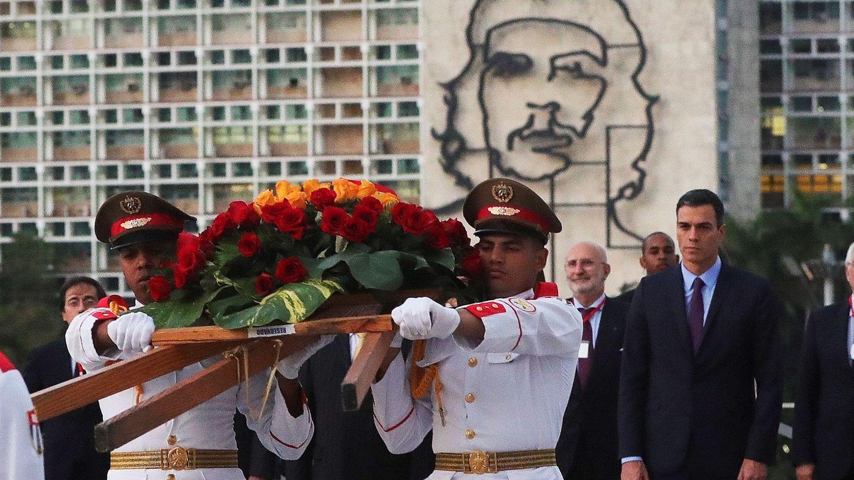 Pedro Sánchez (d), durante la ofrenda foral celebrada este 22 de noviembre en el monumento al prócer independentista cubano José Martí en La Habana. (EFE)