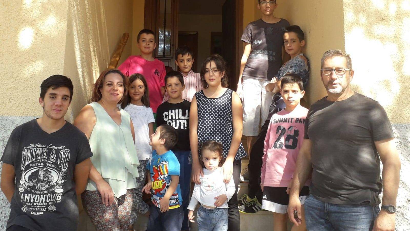 Foto: La familia Jiménez Peral, con 11 de sus 16 hijos. (Claudia Borasteros)