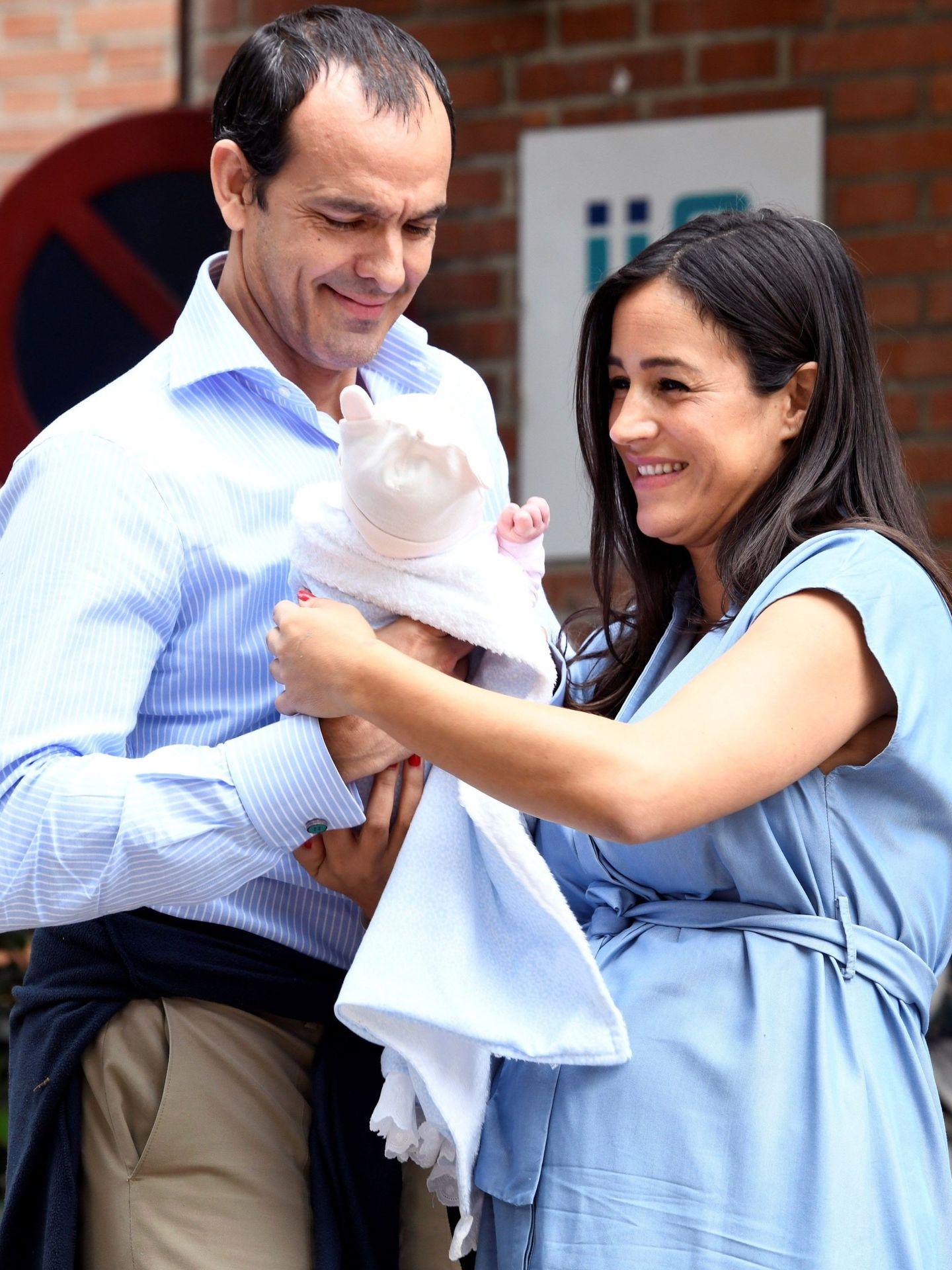 Begoña Villacís, acompañada por su exmarido y la recién nacida. (EFE)