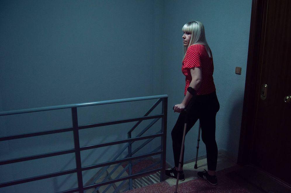 Foto: Nuria, junto a las escaleras de su bloque. (Álvaro Rincón)