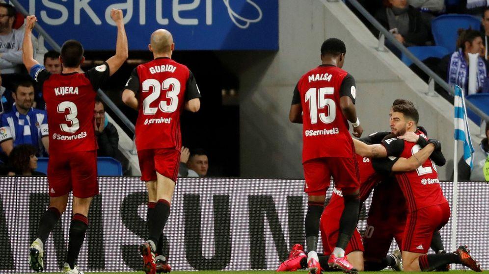 Foto: El Mirandés celebra el gol de Matheus durante la ida de semis ante la Real en Anoeta. (EFE)